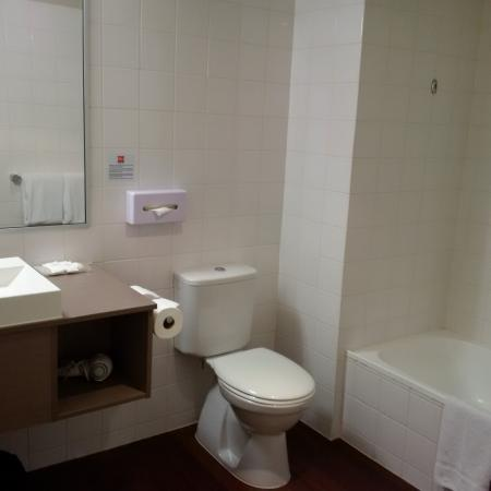 Bathroom for 1 bedroom apartment (shower over bath) - Picture of .