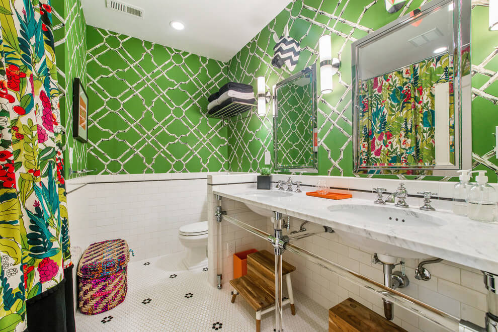 Vibrating bathroom in eclectic decor