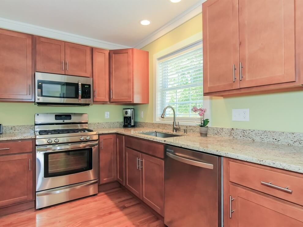 Muffled red tones in cabinets