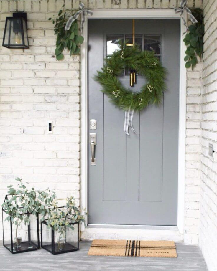 Small space Minimal front door decor