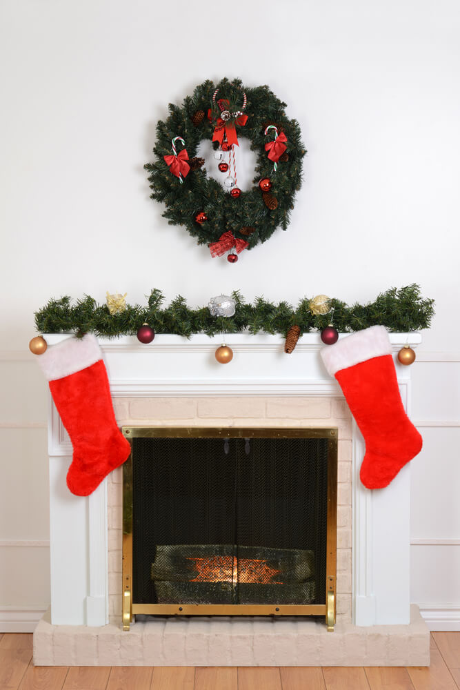Simple wreath fireplace Mantel Decor