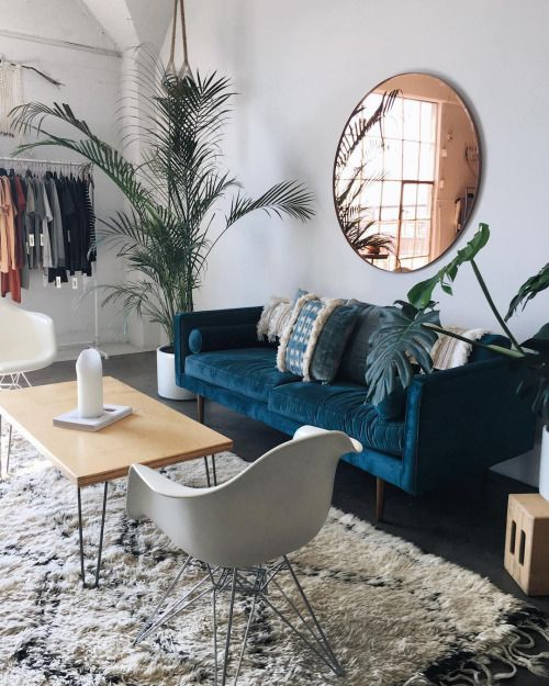 Round mirror as a showpiece in the living room