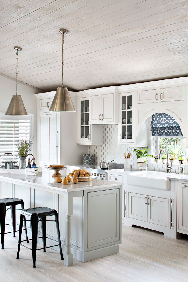 Coastal cottage with whitewashed ceiling in kitchen