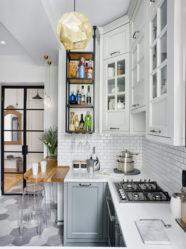 eclectic u-shaped cabinets in the kitchen and white back plate