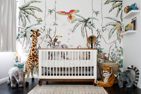 A Colorful Jungle Safari Nursery - Kinderkamer safari thema .