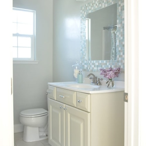 Best Colors to Use in a Small Bathroom - Home Decorating .
