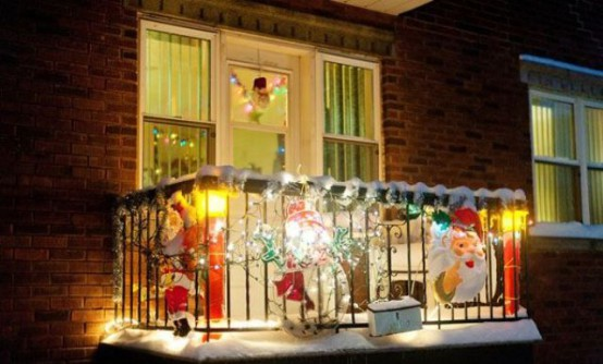 27 Cool Christmas Balcony Décor Ideas - DigsDi