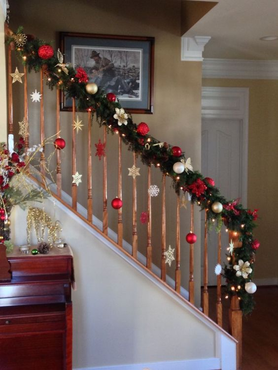 30+ Christmas Staircase Decoration Ideas that'll Make your Home .