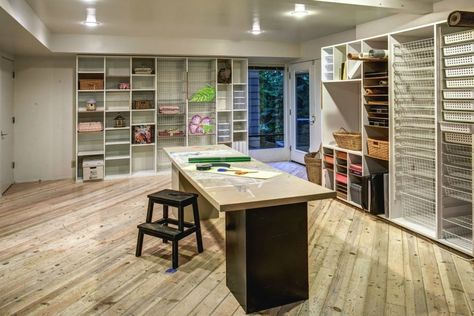 Imagine the things you could create in this home office! Thanks to .