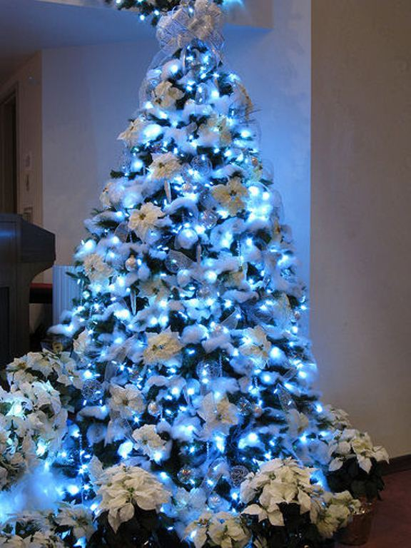 30 Traditional And Unusual Christmas Tree Décor Ideas - DigsDi
