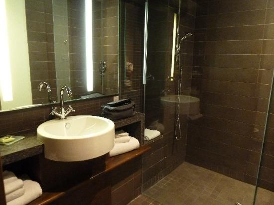 Our chic modern bathroom - Picture of Hotel 71, Quebec City .