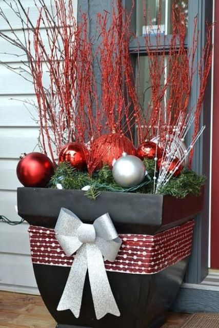 27 Cozy Red And Grey Christmas Décor Ideas - DigsDi