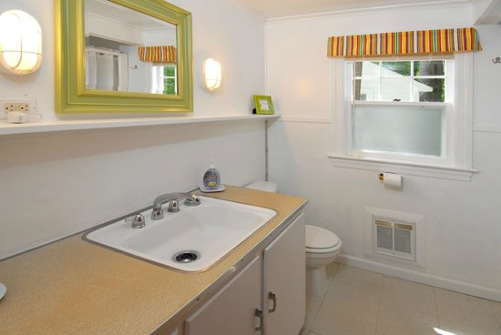 Clean Retro Bathrooms - Picture of The Cottages of Wolfeboro .