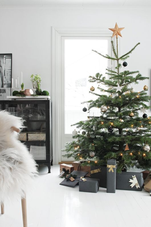 34 Black & Gold Christmas Decor Ideas | Scandinavian christmas .