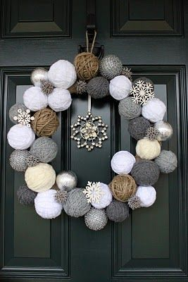 Knit Snowball Wreath by Two Junk Chix (With images) | Christmas .