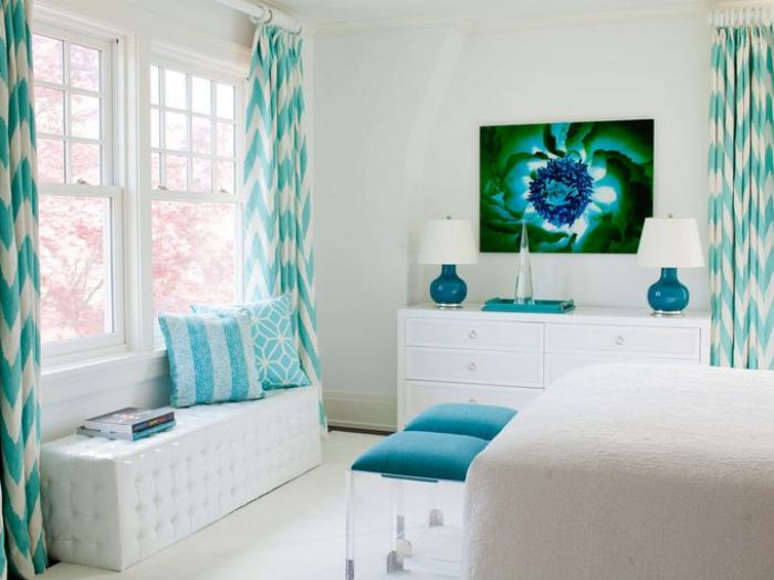 White Living Room With Turquoise Decor - 2020 Ide