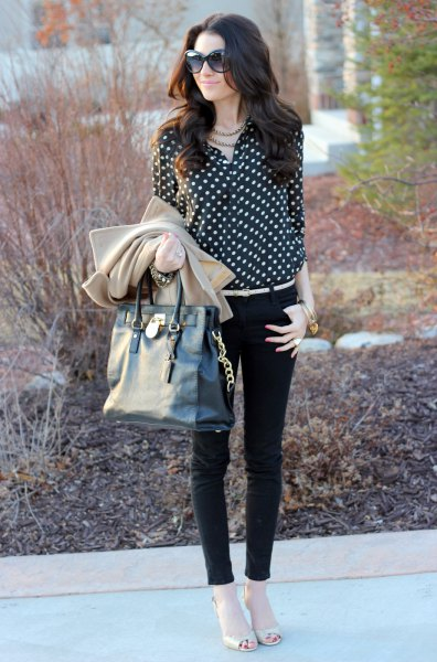 black and white dotted blouse with skinny jeans