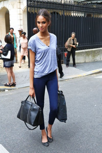 gray V-neck t-shirt with cropped skinny jeans and black leather ballerinas