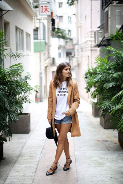 black ballerinas made of strappy leather with white printed T-shirt and long crepe blazer