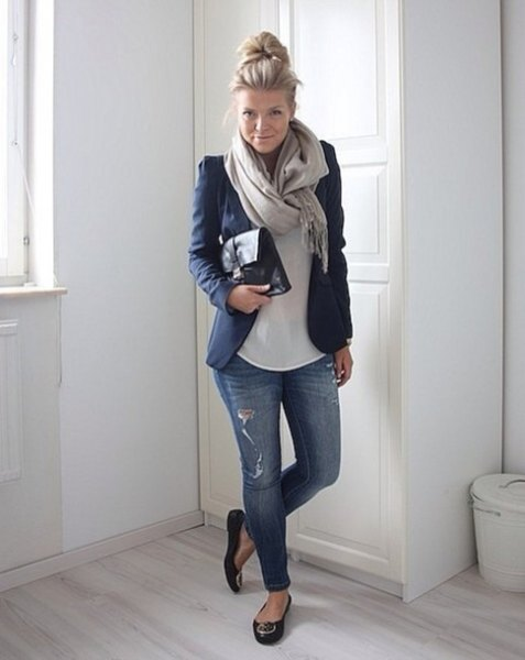 black leather ballerinas with a dark blue blazer and torn skinny jeans