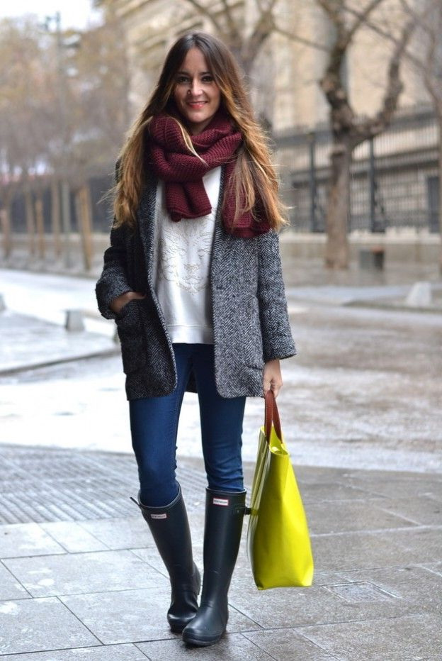 gray rain boots with skinny jeans