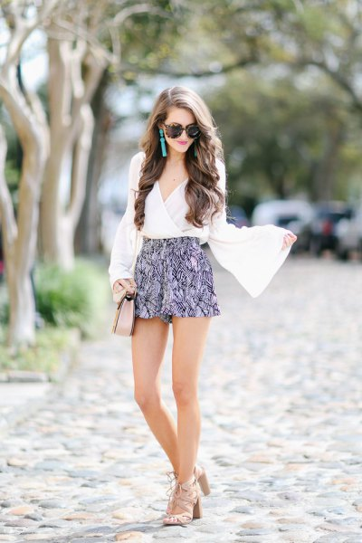 Short with bell sleeves and a white blouse