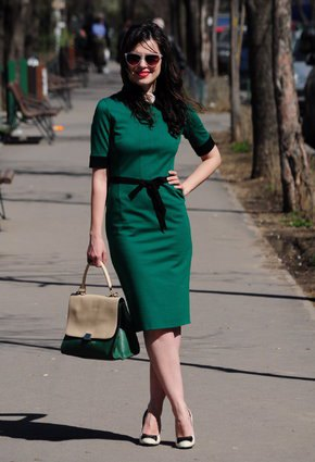 green short-sleeved, figure-hugging midi dress with light pink heels