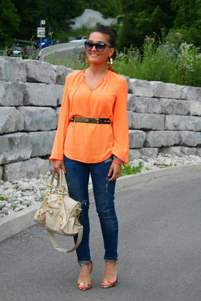 Long-sleeved blouse with belt and dark blue slim fit jeans