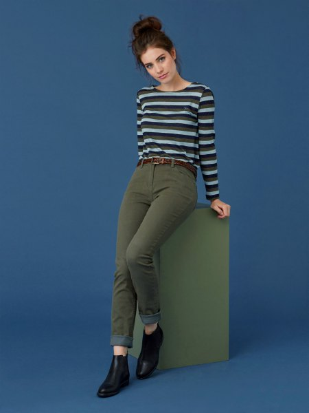 black-gray horizontal striped long-sleeved T-shirt with high-rise jeans