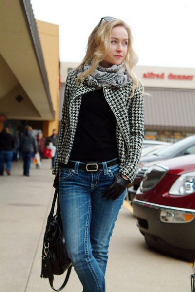 black and white checked blazer with blue skinny jeans