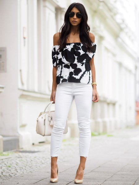 Black and white top with shoulder print and short skinny jeans