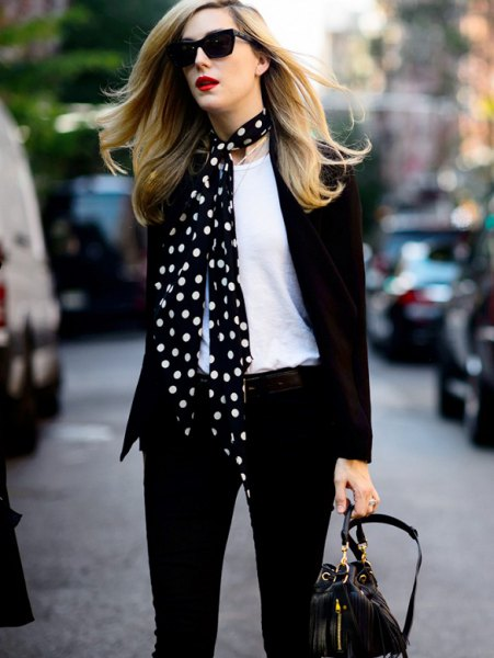 Skinny jeans made of black and white satin scarf with blazer
