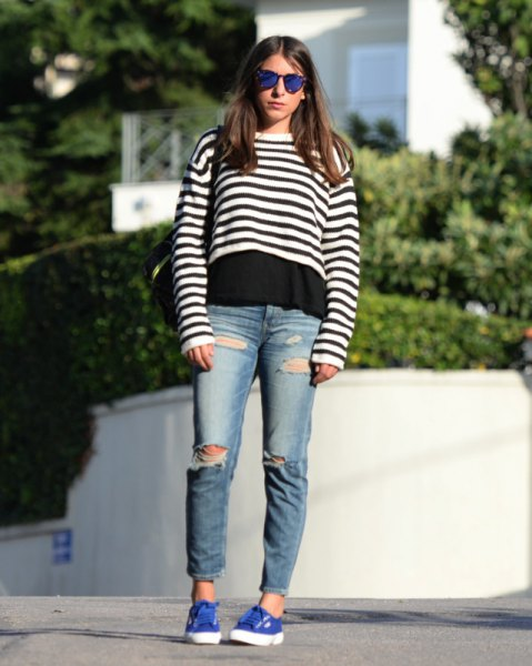 Short sweater with black and white stripes over a T-shirt and boyfriend jeans