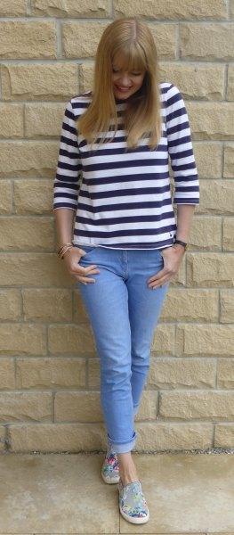 Black and white T-shirt with three-quarter sleeves and light blue skinny jeans