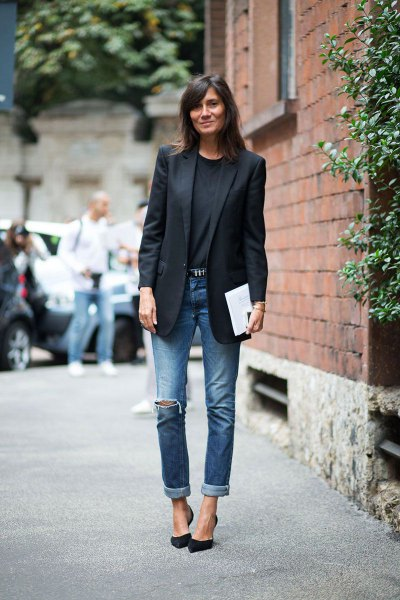 black blazer with sweater with round neckline and jeans with cuffs