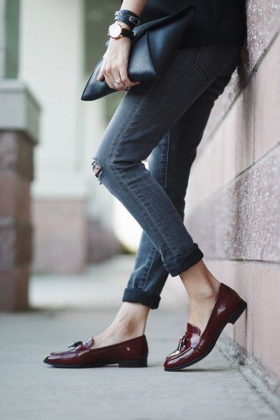 black blazer with gray skinny jeans with cuffs and burgundy-colored slippers