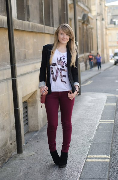 black blazer with white printed t-shirt and skinny jeans