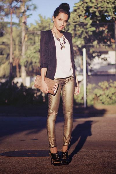 black blazer with white t-shirt and statement chain in boho style