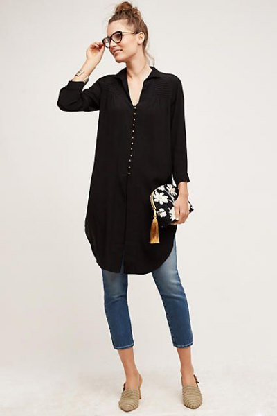 black tunic blouse with V-neckline and short skinny jeans