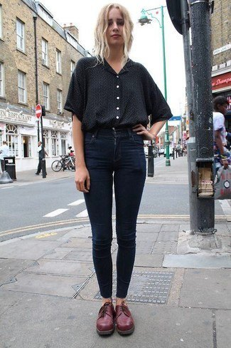 black shirt with buttons, dark blue skinny jeans and burgundy evening shoes