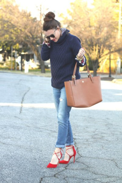 black knitted sweater with blue jeans with cuffs and red heels