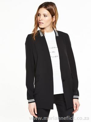 black casual blazer with white t-shirt with relaxed fit