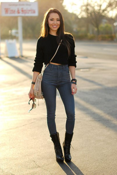 black cropped hoodie with high waist and blue skinny jeans