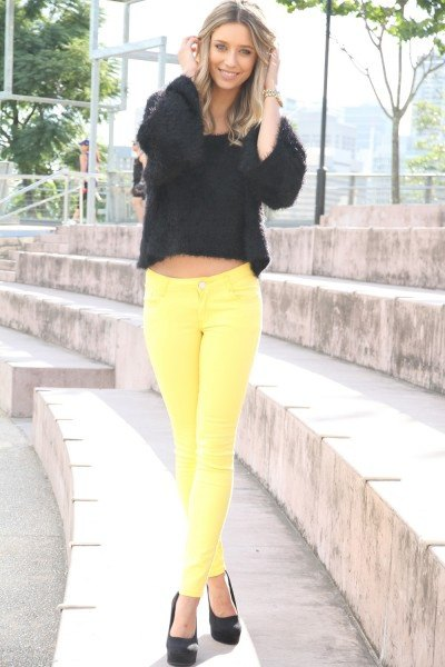 black short knitted sweater yellow jeans