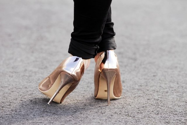 Slim fit jeans with black cuffs and metallic gold heels
