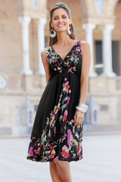 Wrap dress with black fit and flared midi floral print and V-neck