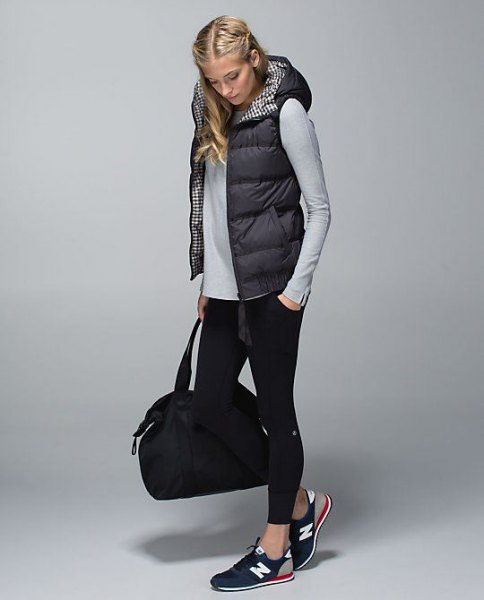 black hooded vest with hood, gray-cut long-sleeved T-shirt and short skinny jeans