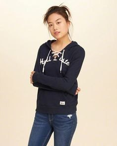 Graphic hoodie with black lace-up neckline and dark blue skinny jeans
