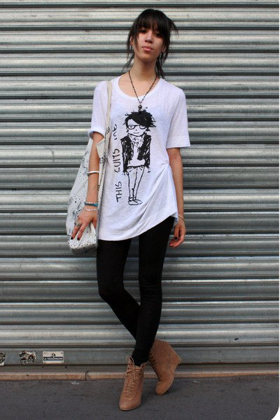 black leggings ankle boots white oversized t-shirt