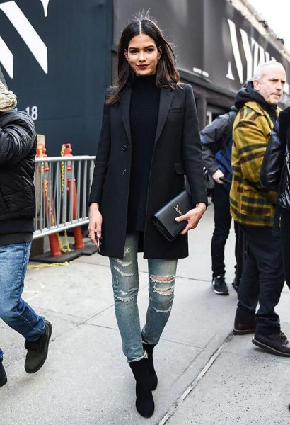 black, oversized blazer with long leash, fake sweater and ripped jeans
